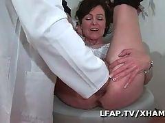 Examen anal et vaginal pour cette mature francaise