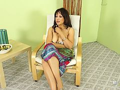 Hot Milf Lala Bond gives a full presentation of herself