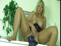Mature in tan stockings masturbates and squirt